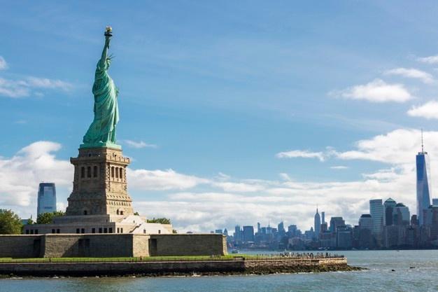 statue-liberte-toits-ville-new-york-usa_268835-777