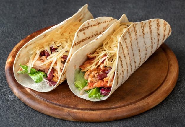 tacos-plat-mexicain-traditionnel-planche-bois_165536-13873